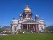 St Isaac& x27; собор s в Санкт-Петербурге, России, ясном дне стоковые изображения