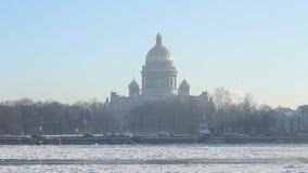 ST Isaac Cathedral και ποταμός Neva το χειμώνα απόθεμα βίντεο