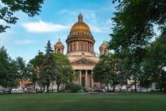 St Isaac Cathedral, città di St Petersburg, Russia Vista di estate fotografia stock libera da diritti