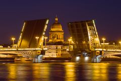 St Isaac Cathedral en alignement du pont béni d'annonce pendant la nuit de mai La Russie, St Petersburg Photographie stock