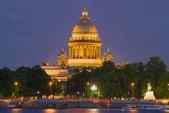 St Isaac Cathedral en la iluminación de la noche, igualando St Petersburg Imágenes de archivo libres de regalías