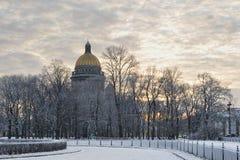 St Isaac Cathedral i vinter Arkivbilder