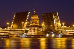 St Isaac Cathedral nell'allineamento del ponte benedetto di annuncio nella notte di maggio La Russia, St Petersburg Fotografia Stock