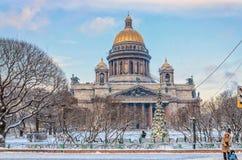St Isaac kathedraal in de sneeuw Stock Afbeeldingen