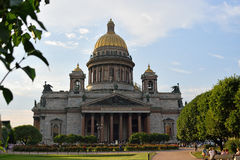 St. Isaac's Cathedral on a background of red roses on the square Royalty Free Stock Photos