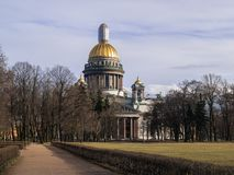 St Isaac ` s Kathedraal in de vroege lente in April op een warme dag Stock Foto