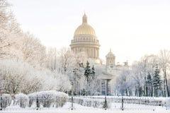 St Isaac ` s Kathedraal in de winter ijzige ochtend van St. Petersburg royalty-vrije stock foto