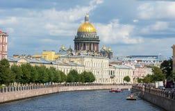 St Isaac ` s Kathedraal en Moyka-rivier, Heilige Petersburg, Rusland royalty-vrije stock foto