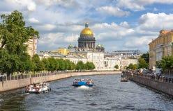 St Isaac ` s Kathedraal en Moyka-rivier, Heilige Petersburg, Rusland royalty-vrije stock afbeelding