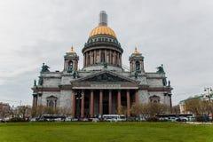 St Isaac ` s Kathedraal in heilige-Petersburg met bussen en gazon royalty-vrije stock foto's