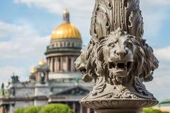 St Isaac& x27; s Kathedraal uit nadruk, in de voorgrond het beeldhouwwerk van leeuwen op een pool, heilige-Petersburg, Rusland royalty-vrije stock foto