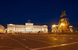 St Isaac ` s vierkant met het monument aan Nicolas eerste en het Mariinsky-Paleis bij nacht Stock Afbeelding