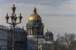 St. Isaac& x27; s-Kathedrale und -lichter auf Palast u. x28; Dvortsovaya& x29; Quadrat Stockfotos