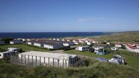 St Ives Bay Cornwall com caravana estáticas e acampamento no verão vídeos de arquivo