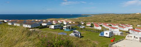 St Ives Bay Cornwall con las caravanas estáticas y el acampar en la opinión panorámica del verano imagen de archivo