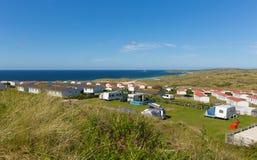 St Ives Bay Cornwall con las caravanas estáticas y el acampar en verano imagenes de archivo