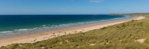 St Ives zatoki plaża Cornwall uk z ludźmi, niebieskie niebo i denny panoramiczny widok fotografia royalty free