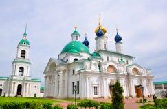 St James Church och befruktningen av den St Anne `en s kyrktar i den Spaso Yakovlevsky kloster rostov russia Arkivbilder