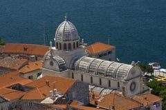 St.James kathedraal en het blauwe water Stock Afbeeldingen