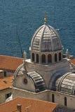 St.James kathedraalkoepel en rode daken Royalty-vrije Stock Fotografie