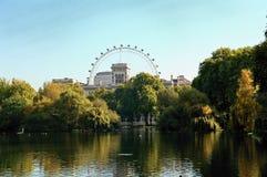 St. James Park met het Oog van Londen Stock Foto's