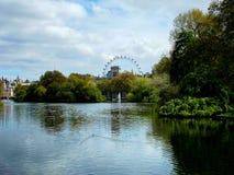 St James parkerar/det London ögat Royaltyfri Foto