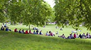 St James parkerar, folk som vilar på gräset Arkivfoton