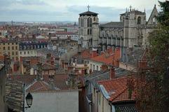 St Jean Cathedral over de daken (Lyon Frankrijk) stock fotografie