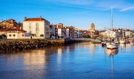 St Jean de Luz Old Town och port, baskiskt land, Frankrike royaltyfria bilder
