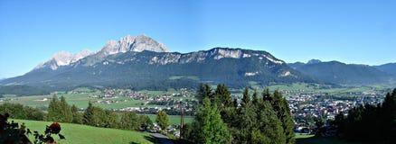 \ St. Johann \ in Tirol en \ Wildere Kaiser \ Stock Afbeeldingen