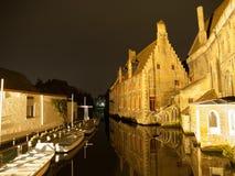 Больница St. John и канал воды в Брюгге мимо Стоковое Изображение