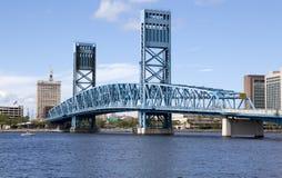 Γέφυρα ανελκυστήρων πέρα από τον ποταμό Τζάκσονβιλ, Φλώριδα του ST John Στοκ Φωτογραφία