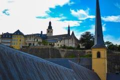 St John Church kerk van St John of St Jean du Grund bij voorgrond en van Heilige Michael het Saint-Michel van Kerkeglise bij royalty-vrije stock afbeelding