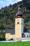 St John Church nella caduta Villaggio alpino Obermillstatt, Austria Immagine Stock