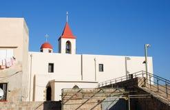 St John Church på bakgrund för blå himmel på den gamla tunnlandet, Israel royaltyfria bilder