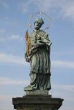 St John de la estatua de Nepomuk en Praga Charles Bridge, República Checa Imagenes de archivo