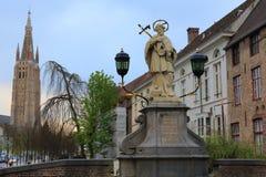 St John den Nepomuk statyn på bron Arkivfoto