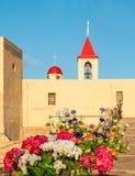 St John kyrka i tunnlandet Israel med blommor Arkivbild