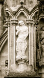 St John o evangelista Statue Salisbury Cathedral Front Sep ocidental foto de stock royalty free