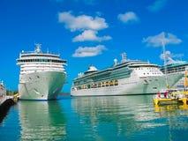 St John ` s, Antigua, Barbuda i Luty, - 07, 2013: Statek wycieczkowy błyskotliwość morze Królewski Karaibski zawody międzynarodow Obrazy Royalty Free