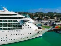 St John ` s, Antigua, Barbuda i Luty, - 07, 2013: Statek wycieczkowy błyskotliwość morze Królewski Karaibski zawody międzynarodow Obraz Royalty Free