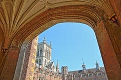 St John ` s szkoły wyższa uniwersytet Drugi sąd przeglądać przez łuku, z St John ` s szkoły wyższa kaplicą w tle Obrazy Royalty Free