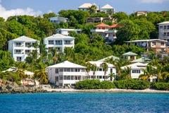 St John, USVI - Cruz Bay-de huizen van de luxewaterkant Royalty-vrije Stock Afbeelding