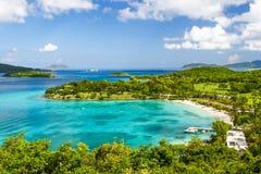 St John USVI - tropisk semesterort för Caneel fjärdstrand Arkivbilder