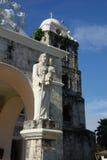 St Joseph a estátua do trabalhador, na parte dianteira fora da catedral em Tagbilaran, Bohol, Filipinas imagem de stock