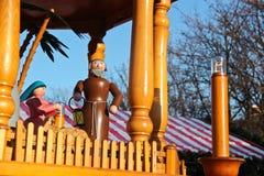 St Joseph och Mary wood dockor på en julkarusell i Berli royaltyfri foto