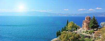 St. Jovan Kaneo kyrklig förbise Ohrid sjö, Makedonien på en su Royaltyfri Foto