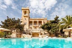 St Julian' s, Malta la villa Rosa del palazzo di stile Liberty degli anni 20 ha costruito in parco in st Julian' città  fotografia stock libera da diritti