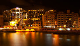 St. Juliano do lado de mar na noite, Malta imagens de stock royalty free