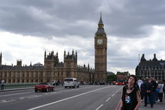 21st Juni 2015 London, UK Big Ben slotten av Westminster med dramatisk himmel, turister som tycker om stället Royaltyfri Fotografi
